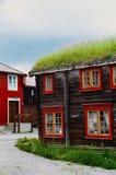 Une maison en bois norvégienne typique avec l'herbe sur le dessus de toit situé dans une ville traditionnelle de Roros, Norvège image libre de droits