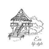 Une maison en bois sur l'eau avec un toit couvert de chaume et un long escalier dans le style d'un croquis Photos stock