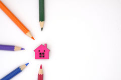 Une maison et des crayons colorés Photographie stock