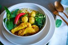 Une maison fraîche a fait les nouilles de riz thaïlandaises avec les herbes et le potage au poulet Images stock