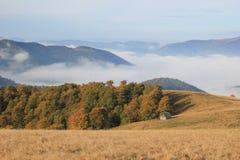 Une maison isolée dans les montagnes, Carpathiens Photo libre de droits