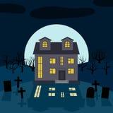 Une maison isolée la nuit devant la lune Images stock