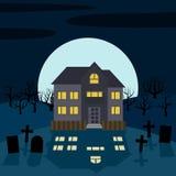 Une maison isolée la nuit devant la lune Image libre de droits