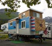 Une maison minuscule incroyable sur des roues comme vu à un terrain de camping en Alaska image libre de droits