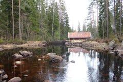 Une maison par le lac Photos libres de droits