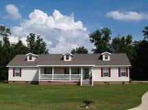 Une maison résidentielle de ranch d'histoire Images stock