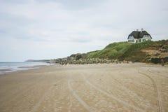 Une maison sur le dessus les dunes avec une vue épique à la plage photos libres de droits