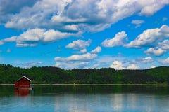 Une maison sur le lac photo stock