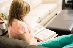 Une maman plus âgée observant un album photos Photographie stock libre de droits