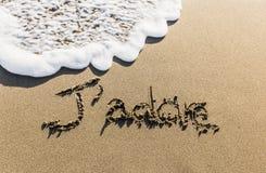 Une manière de dire le français connu dans le monde entier a sculpté sur le sable Image stock