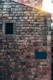 Une maquette bleue de la plaque signalétique sur un bâtiment antique photos stock
