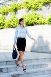 Une marche attrayante de femme d'affaires Photographie stock