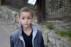 Une marche de garçon Photographie stock libre de droits