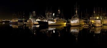 Une marina la nuit Image libre de droits