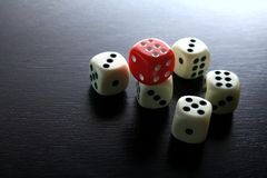 Une matrice rouge de jeu et cinq matrices de jeu de blanc Image stock