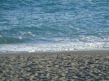 Une mer bleue et claire étonnante Images stock