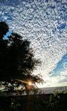 Une mer des nuages avec un signe de Sun Photographie stock
