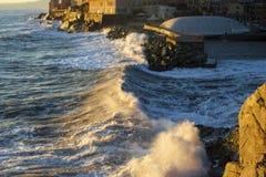 Une mer-tempête dans la lumière de coucher du soleil photographie stock libre de droits