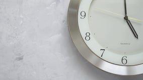 Une minute avant cinq sur l'horloge murale avec du temps sans interruption mobile banque de vidéos
