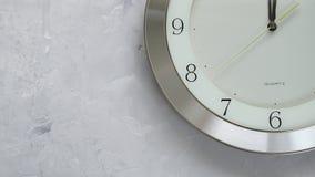 Une minute avant douze sur l'horloge avec du temps sans interruption mobile banque de vidéos