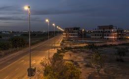 Une moitié a construit l'immeuble espagnol, la nuit Photographie stock