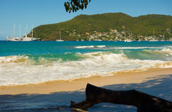 Une montée subite de pleine lune dans les Caraïbe images libres de droits