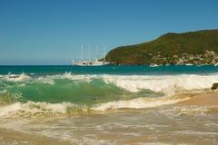 Une montée subite de pleine lune dans les Caraïbe image libre de droits