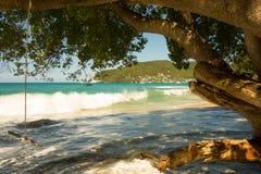 Une montée subite de pleine lune dans les Caraïbe photographie stock libre de droits