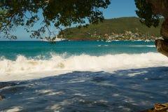 Une montée subite de pleine lune dans les Caraïbe photo stock