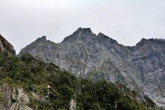 Une montagne géante Milford retentit, le Nouvelle-Zélande photographie stock