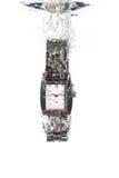 Une montre analogique d'acier inoxydable tombant dans l'eau photographie stock libre de droits