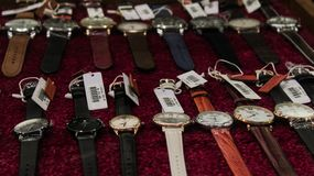 Une montre en cuir dans un affichage en verre de magasin image stock