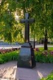 Une monument-croix de granit aux professeurs de l'académie théologique de Kiev images stock