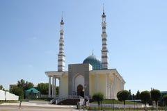 Une mosquée légère avec de hauts minarets Mosquée contre le ciel bleu Photographie stock libre de droits