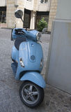 Une moto bleue de Vespa Photos libres de droits