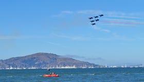 Une mouche de formation de vol à une basse altitude au-dessus de la mer Image stock