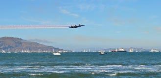 Une mouche de formation de vol à une basse altitude au-dessus de la mer Photo libre de droits