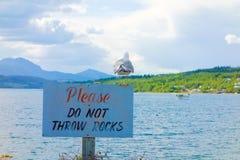 Une mouette était perché sur un signe à un terrain de camping dans du nord avant Jésus Christ Photo libre de droits