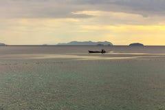 Une navigation de bateau du ` s de pêcheur Image stock