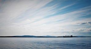 Une navigation de bateau en mer blanche images libres de droits
