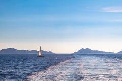 Une navigation de voilier par la mer images libres de droits