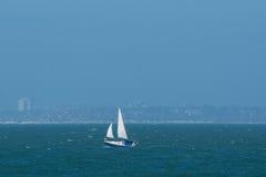 Une navigation de yacht sur la Manche image stock