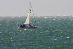 Une navigation de yacht sur la Manche en mauvais temps Photographie stock