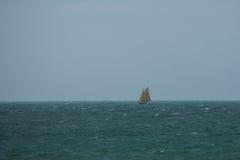 Une navigation de yacht - vieux cliquet photos stock