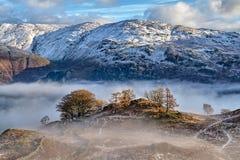 Une neige a couvert la montagne dans le secteur anglais de lac photo stock