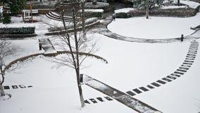 Une neige a couvert le jardin Photographie stock