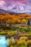 Une neige d'automne au lever de soleil Photos stock