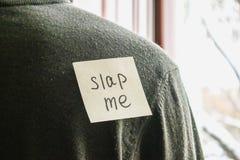 Une note au dos d'un jeune homme avec un texte comique Une plaisanterie par le premier avril image libre de droits