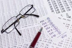 Une note avec la sélection de victoire des codes de gain sur des bookmakers Photo stock