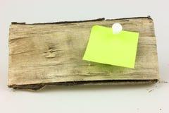 Une note coincent à un bois Photos stock